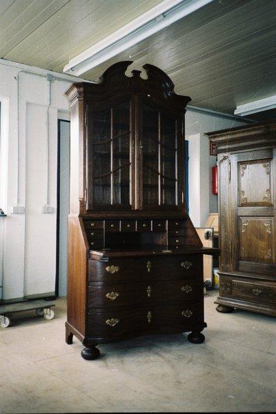 kabinetskap i eik,kopi av en original fra 1880, med buende skuffer og ...