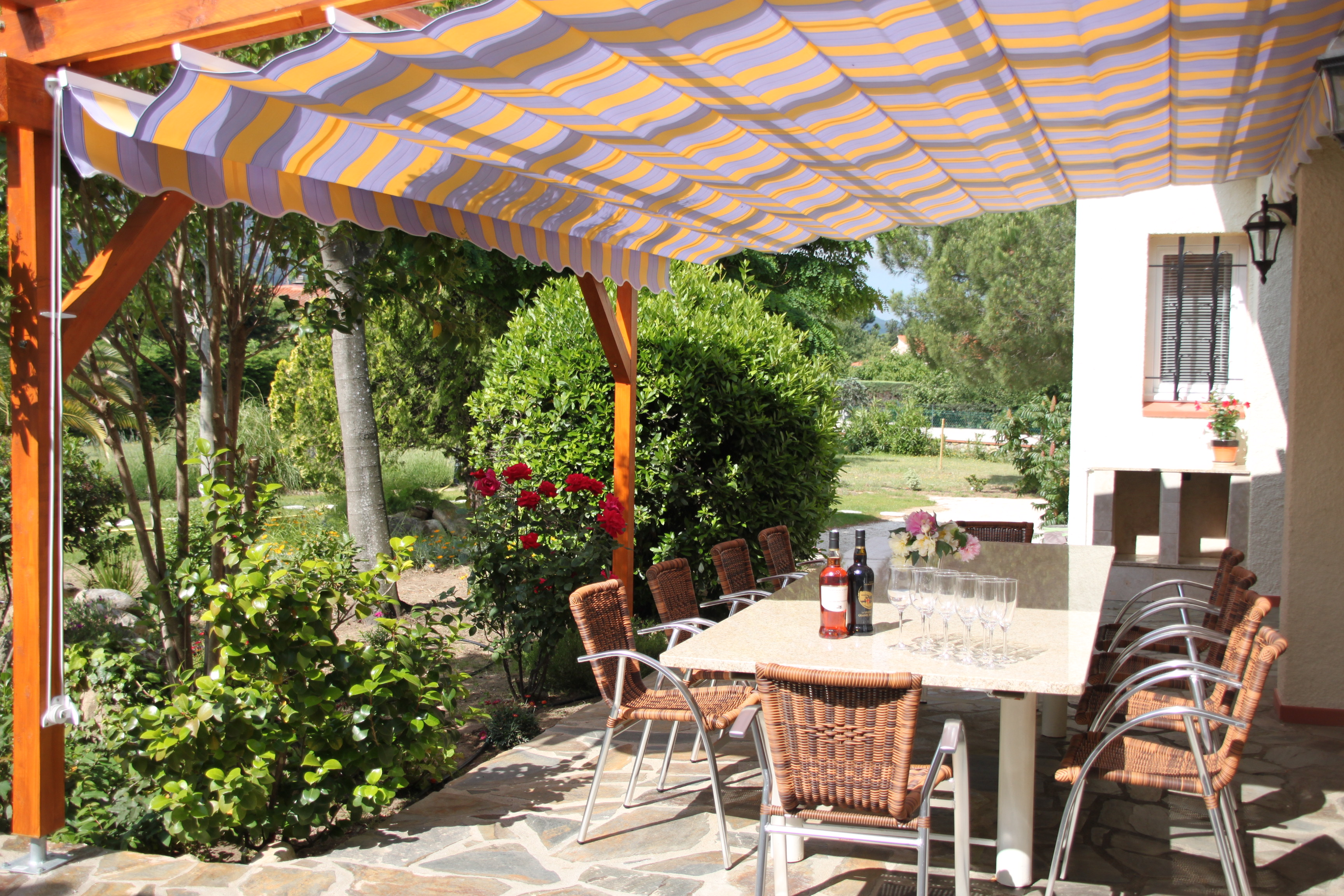 Mas lavande vacation rentals in sorede french holiday for Terrace pergola