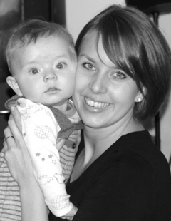Fysioterapeut Marianne klemmer sitt barn