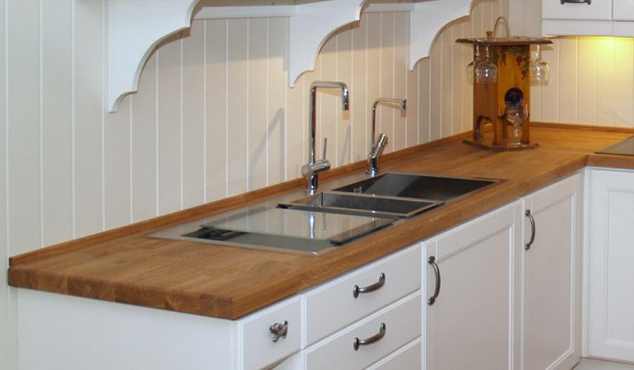 Benkeplater kan velges i laminat, heltre, stein, Silestone og Corian.