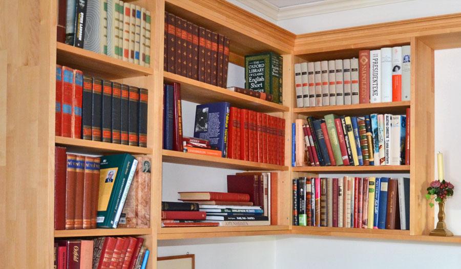 Bokhyller/bokvegg i bibliotek