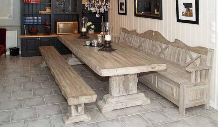 Bord med benk og krakk