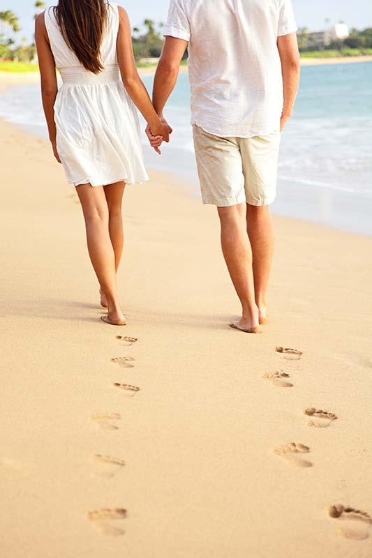 Par går på stranden