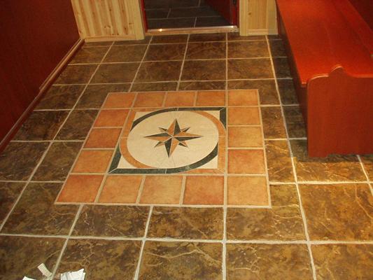 Flislagt gulv med kompass
