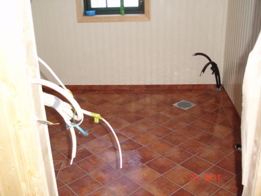 Flislagt gulv lagt diagonalt med ramme og sokkelflis