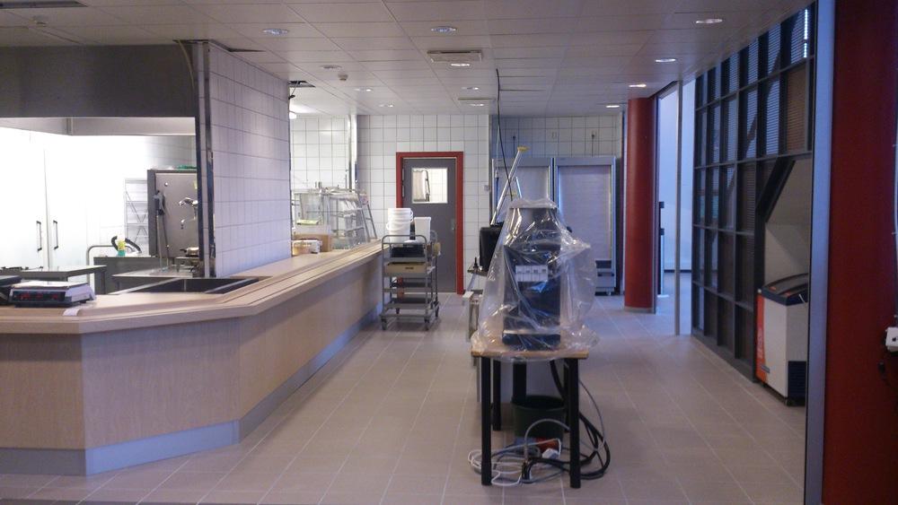 Flislagt gulv og deler av vegg, rehabilitert kantine, Høyskolen i Hedmark, campus Rena