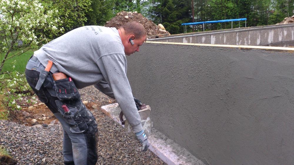 Her benyttes stenkpussapparat på nypusset ringmur av Leca, slik at tilbygget får lik struktur som ekisterende mur