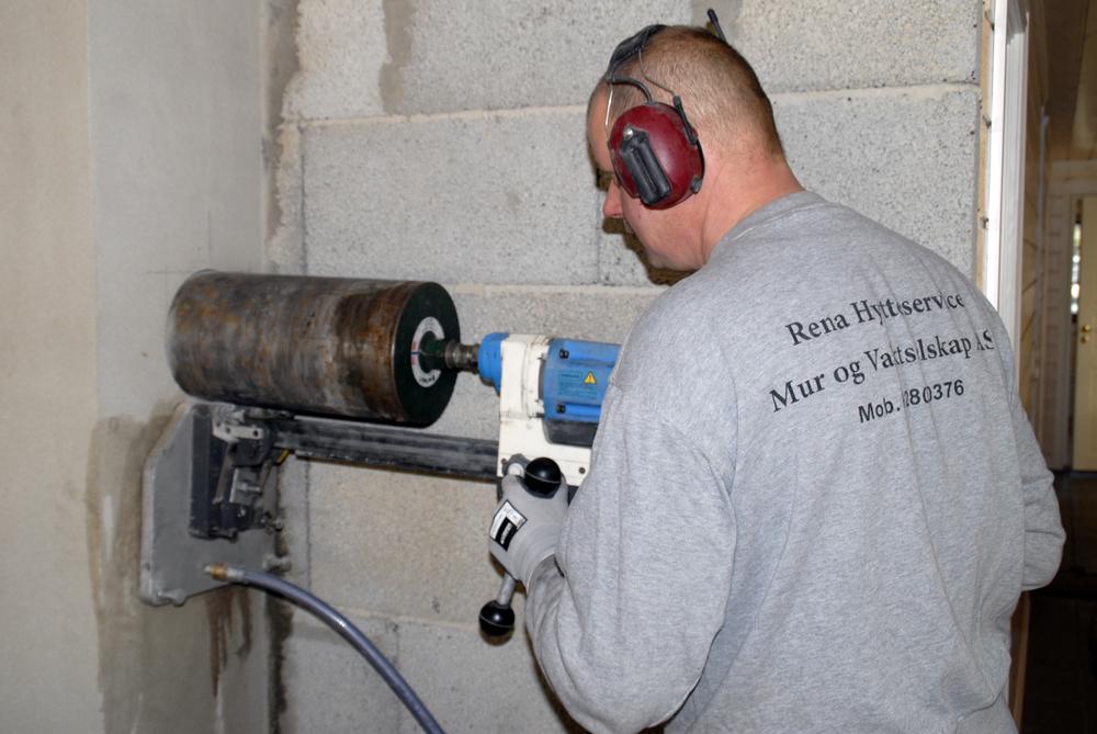 Kjerneboring i pipe før muring av peis. Vi utfører kjerneboring i mur- og betongkonstruksjoner og har borkjerner i mange ulike dimensjoner