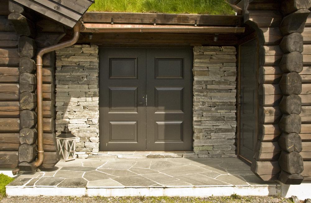 Inngangsparti, vegger kledd med Oppdal tørrmur (råkopp), gulv belagt med Oppdal bruddskifer, Trysil