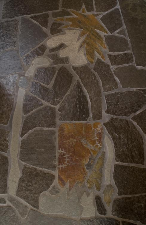 Trollgubbe i skifer på gulv skåret ut i Otta bruddskife