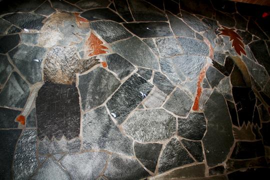 Trollkjerring og trollgubbe på gulv i skåret ut i rust og sort Otta bruddskifer. Snåsa bruddskifer på gulv