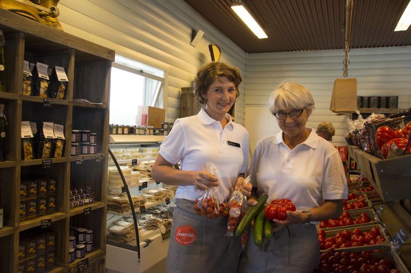 Anette og Grete med tomatene