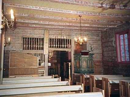 Frå interiøret i kyrkja. Dekorasjonane på bjelkane i himlingen i skipet er daterte til 1652 og i koret til 1643. Bjelkane er rosemåla og har påmåla bibelord. Dei kan vere frå ei tidlegare kyrkje, men det er uvisst.
