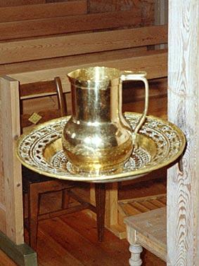 Døypefonten er ein jernring som er festa i bjelken i koropninga. Dåpsfatet vert lagt opp i ringen. Fatet er i messing med utstansa mønster og truleg frå før 1700. Dåpsmugga er frå nyare tid.