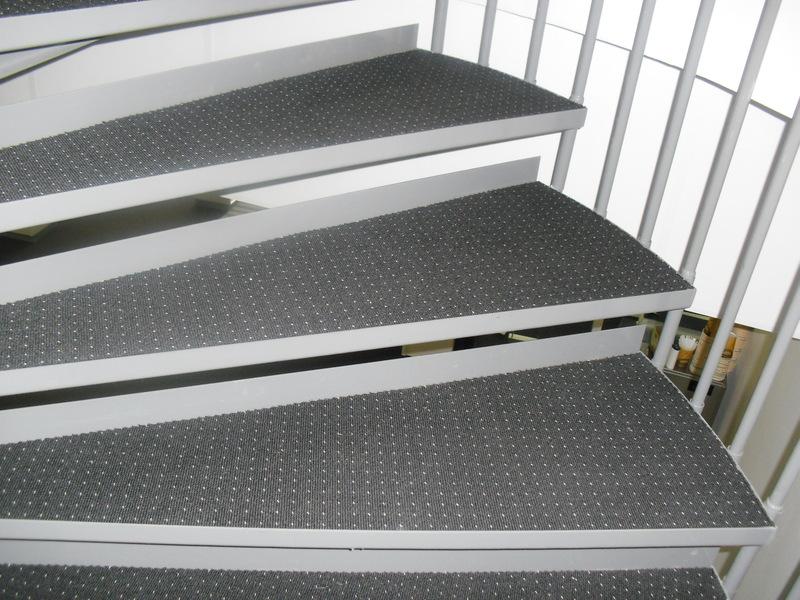 Spiraltrapp med teppe i trinn, HRL AS