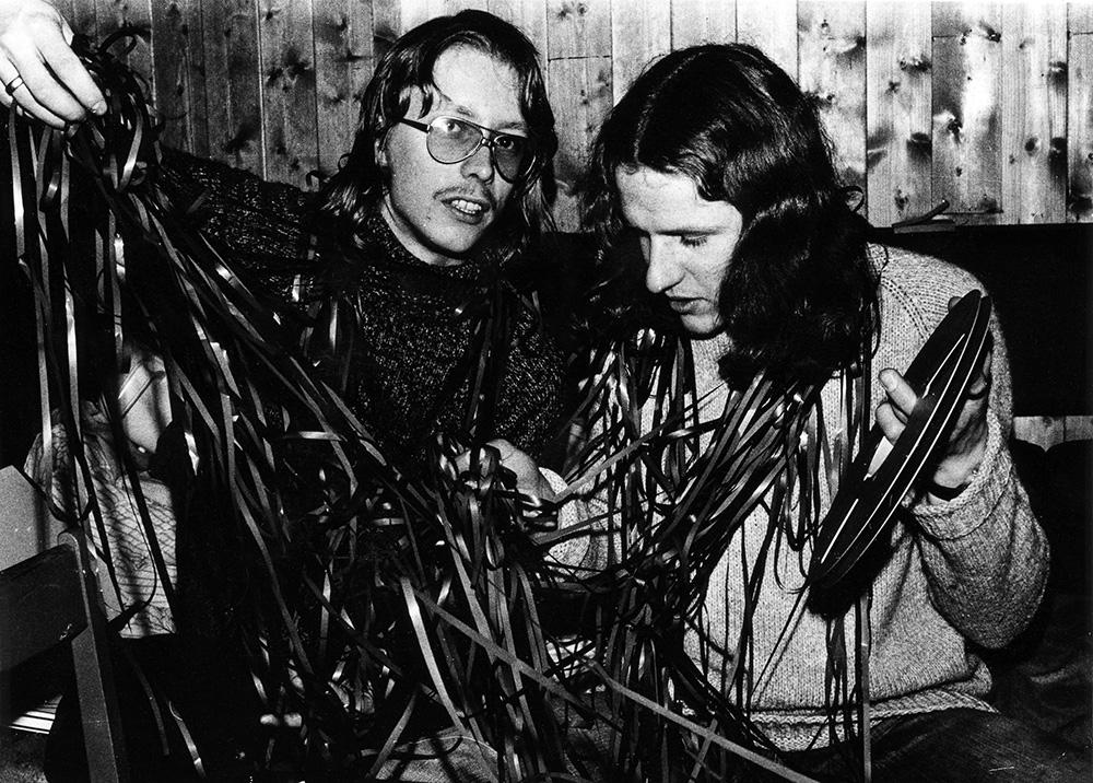 To personer med båndspoler