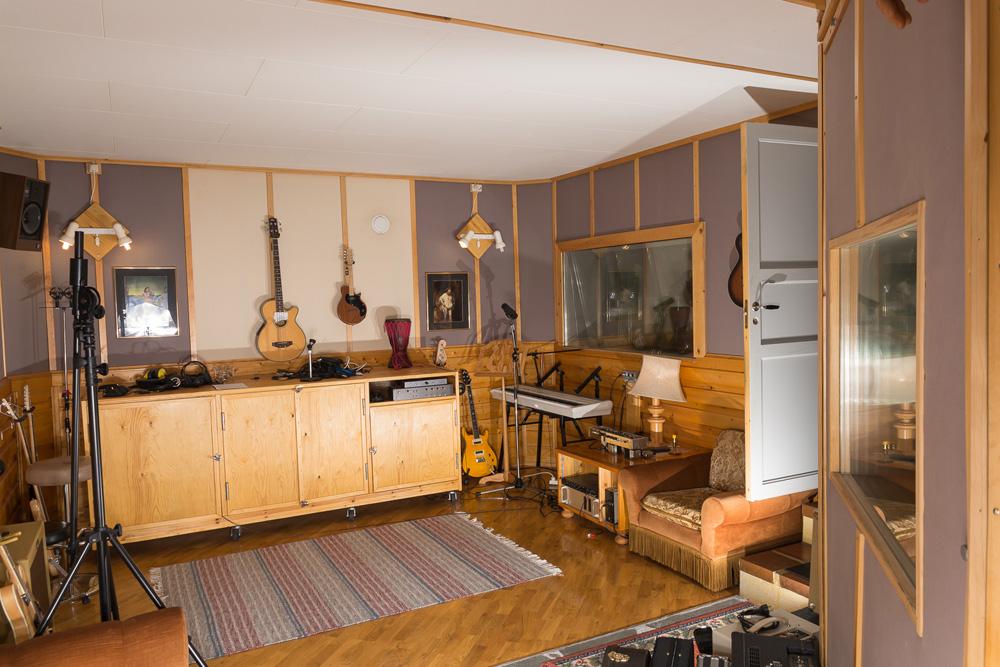 Opptaksrom med gitarer og annet utstyr