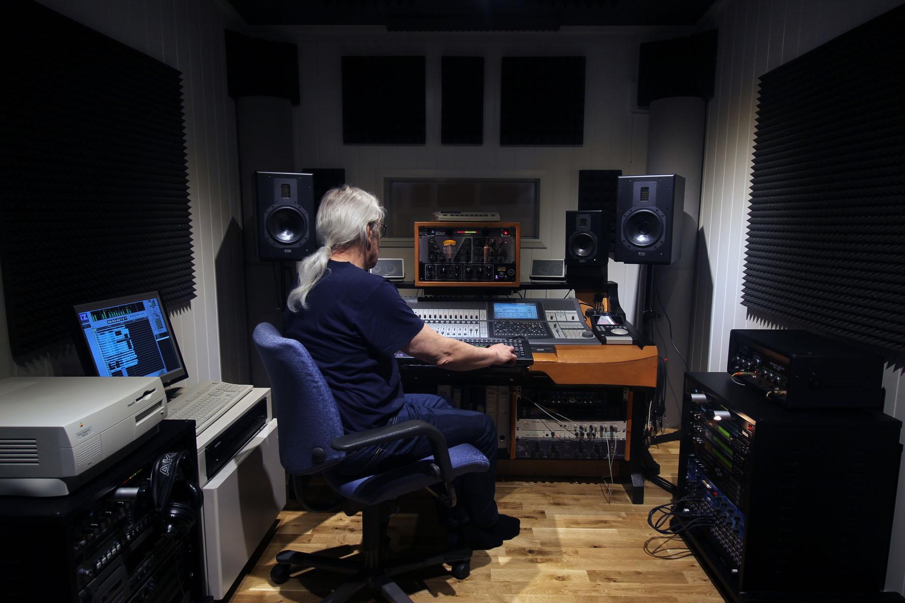 Tore Stefanussen i studioets kontrollrom