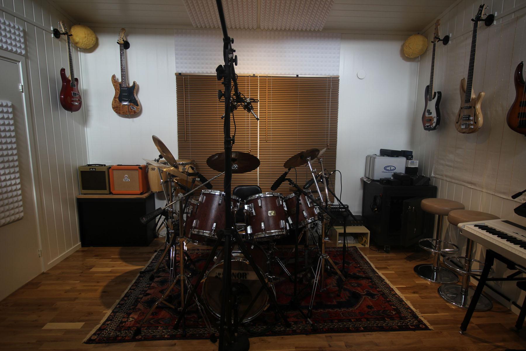 Studiorom med gitarer og keyboard