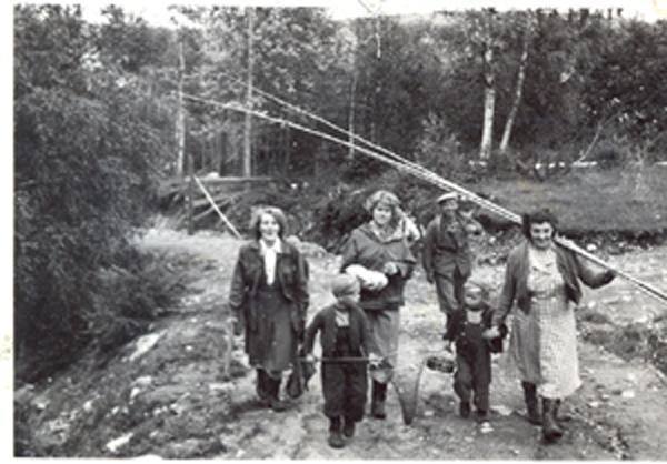 Familie på tur til Mjøsa for å fiske