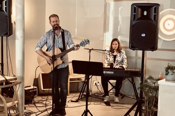 Bilde av Paro og Håkon som fremfører en sang