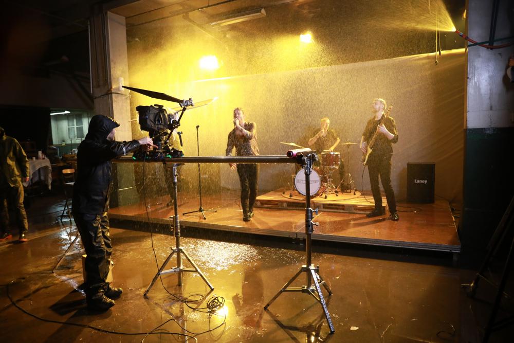 Musikkvideo med regn i Mago B