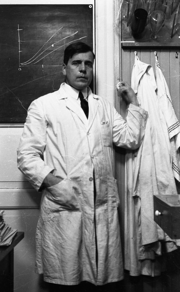 Harald Renbjør i kjemilaboratoriet. foto: Harald Renbjør