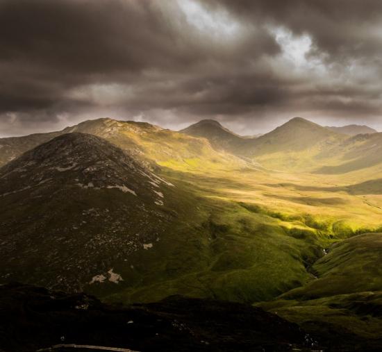 Et fjell som er delt i en skyggeside og en solside