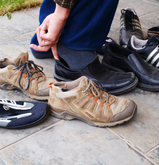 En person prøver flere sko