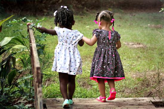 Venner (jenter går å holder hverandre i hendene)