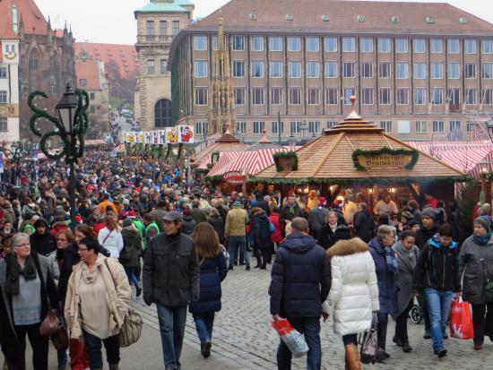 Mange folk i en gate