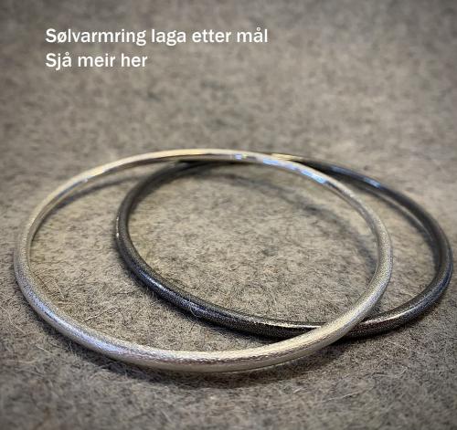 To armringer i sølv