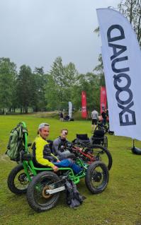 2 personer i kraftige rullestoler beregnet for terreng