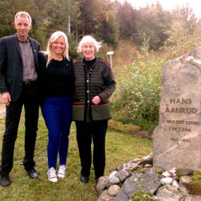 Gausdal Historielag æret gausdalsforfatteren Hans Aanrud med minnestein og jubileumsarrangement i Ulsrud Gardsmuseum